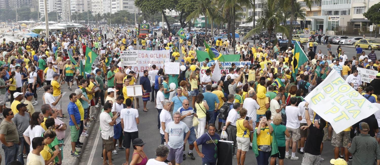 Manifestantes ocupam orla de Copacabana e pedem o afastamento da presidenta Dilma