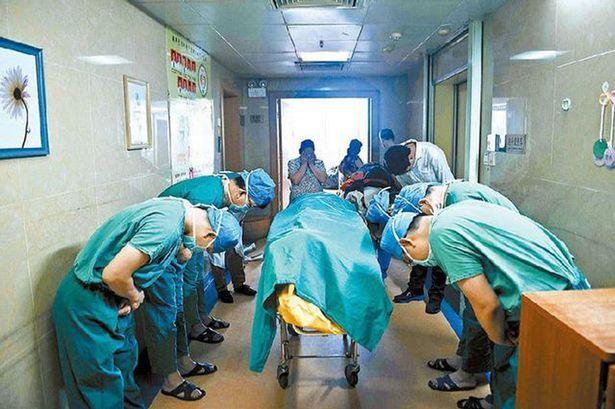 Médicos se curvam em agradecimento a menino que faleceu vítima de câncer e teve órgãos doados
