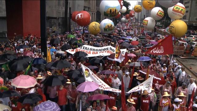 Protestos em defesa da Petrobras e a favor do governo Dilma Rousseff reúnem milhares de pessoas