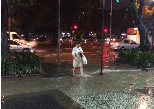 Chuva forte faz Rio de Janeiro entrar em estágio de atenção