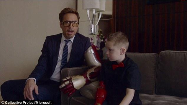 Robert Downey Jr. doa braço biônico do Homem de Ferro para garoto com membro amputado