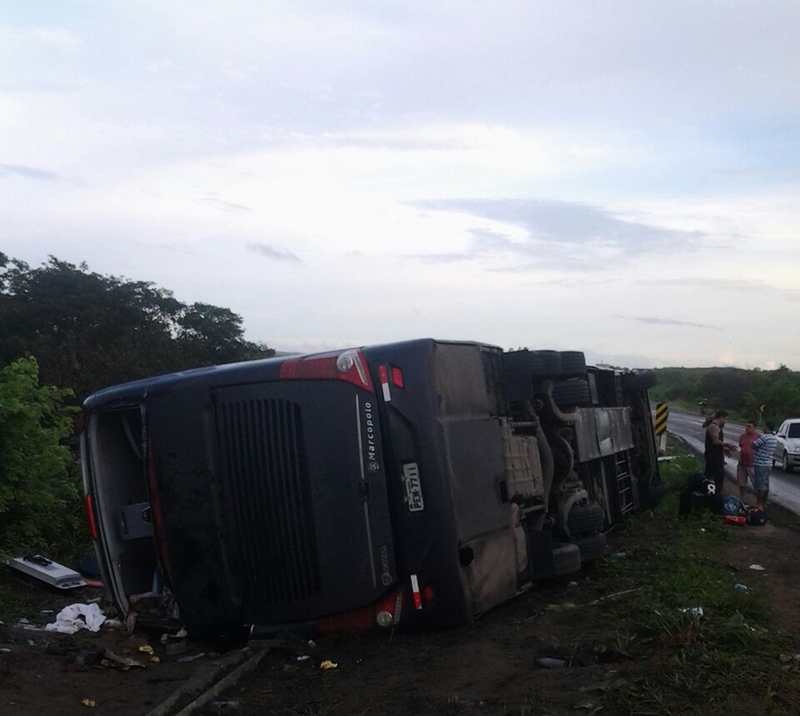 Ônibus da banda de forró 'Garota Safada' tomba no interior do Ceará