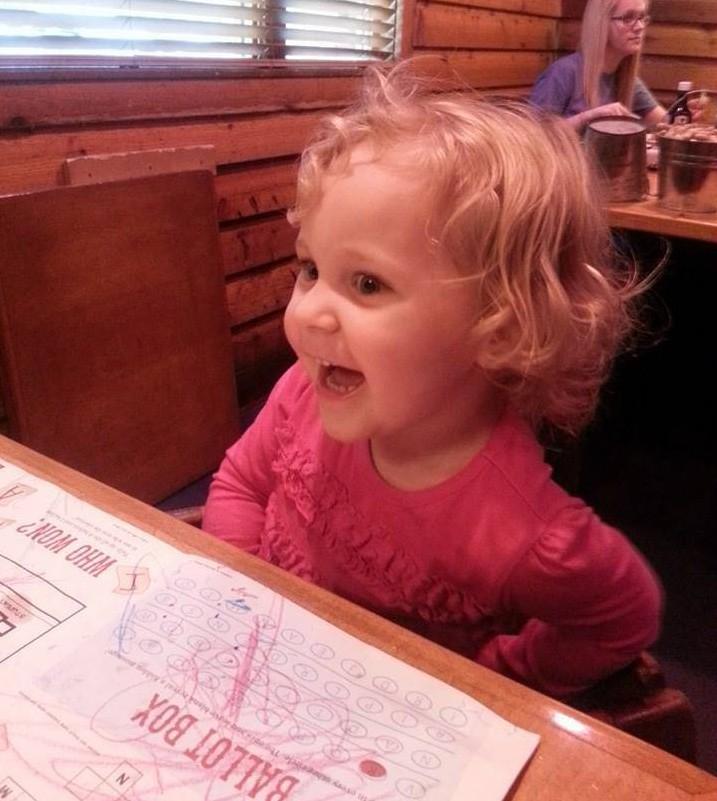 Menina de 2 anos fica bêbada após ter suco trocado por garçonete
