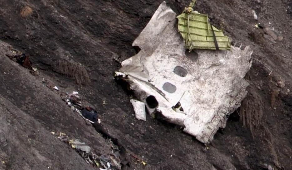 Fotos mostram destroços do avião que caiu na França com 150 pessoas