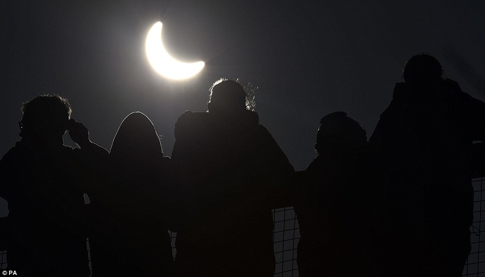 Confira fotos do eclipse solar ocorrido na Europa na manhã desta sexta-feira (20)
