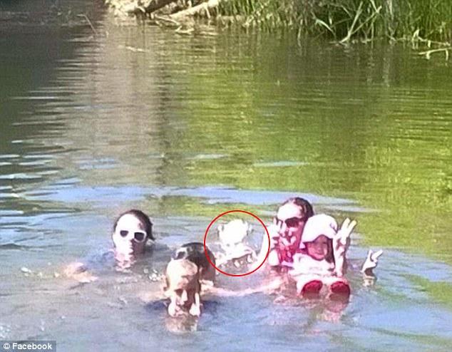Suposto fantasma de menina que morreu há 100 anos aparece em foto e assusta família