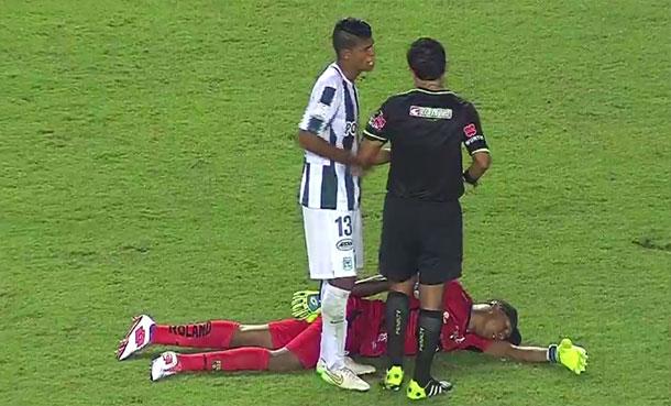 Na Libertadores, goleiro finge desmaio para não ser expulso