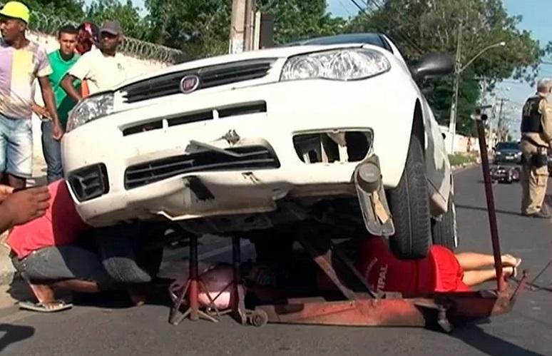 Jovem sobrevive após ser arrastada por carro em acidente