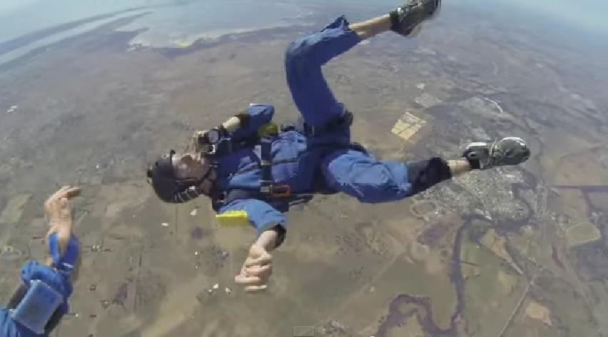 Homem sofre convulsão durante salto de paraquedas; veja o vídeo