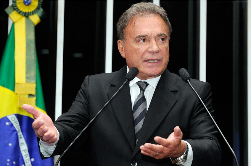 Senador Alvaro Dias sugere redução do número de senadores e deputados
