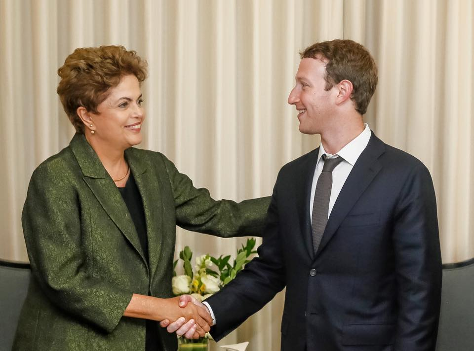 Dilma Rousseff firma acordo com Mark Zuckerberg para levar internet a brasileiros de baixa renda