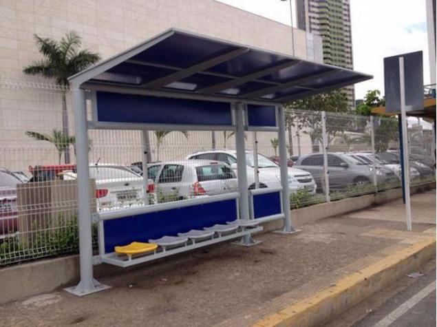 Novos abrigos de passageiros tem informações sobre linhas de ônibus e educação de trânsito