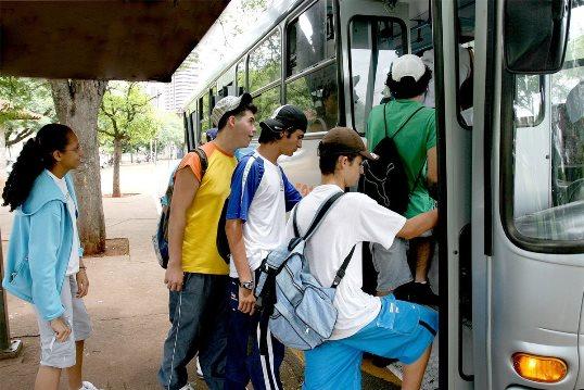 Justiça manda que ônibus de Natal recebam meia passagem também em dinheiro