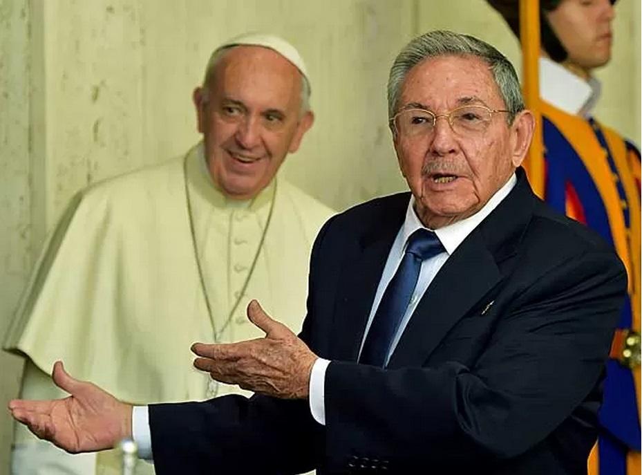 Após encontro com Papa, Raúl Castro fala em voltar à Igreja