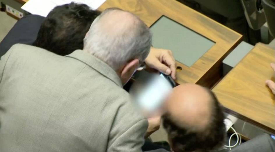 Deputados são flagrados assistindo pornografia durante votação da reforma política