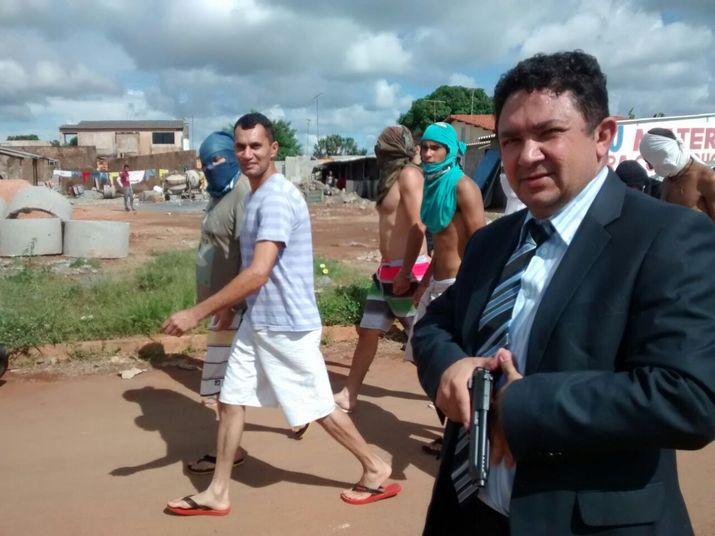 Sem gasolina, delegado transfere presos de delegacia para cadeia a pé