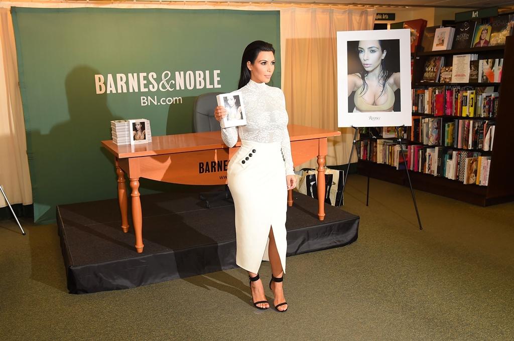 Livro de selfies de Kim Kardashian entra para os mais vendidos