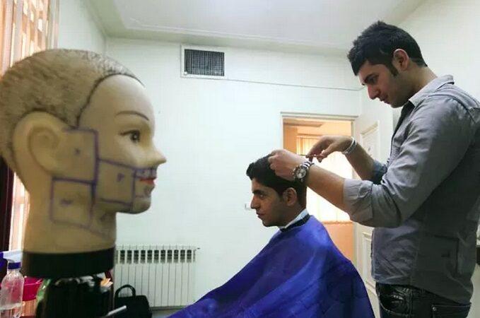 Irã proíbe penteados 'satânicos', tatuagens e depilação de sobrancelha masculina