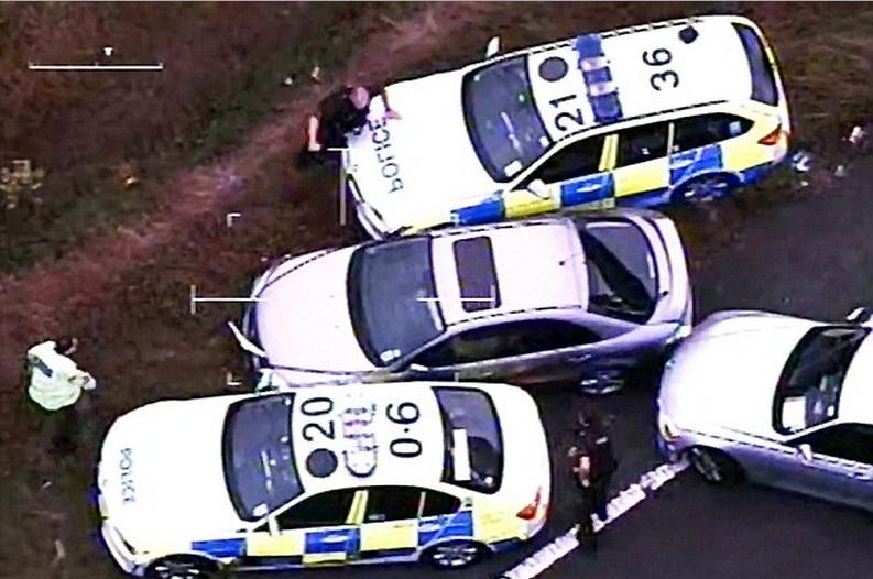 Durante perseguição dramática, traficante joga droga pela janela do carro, confira!