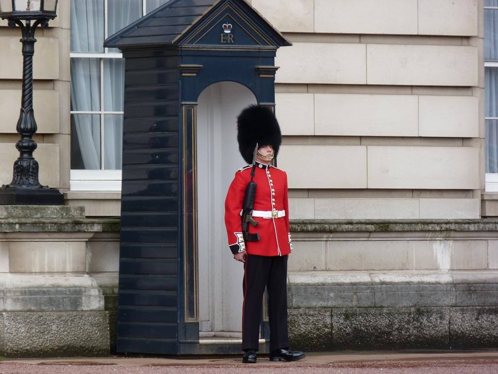 Membro da Guarda da Rainha aponta arma para turista chato