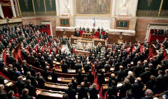 Parlamento francês aprova lei polêmica de segurança que aumenta os poderes de espionagem