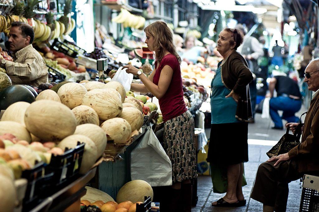 Confiança do consumidor cai pela quarta vez este ano, diz FGV