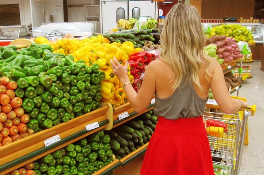Risco de contaminação por bactéria em carrinho de supermercado motiva projeto de lei