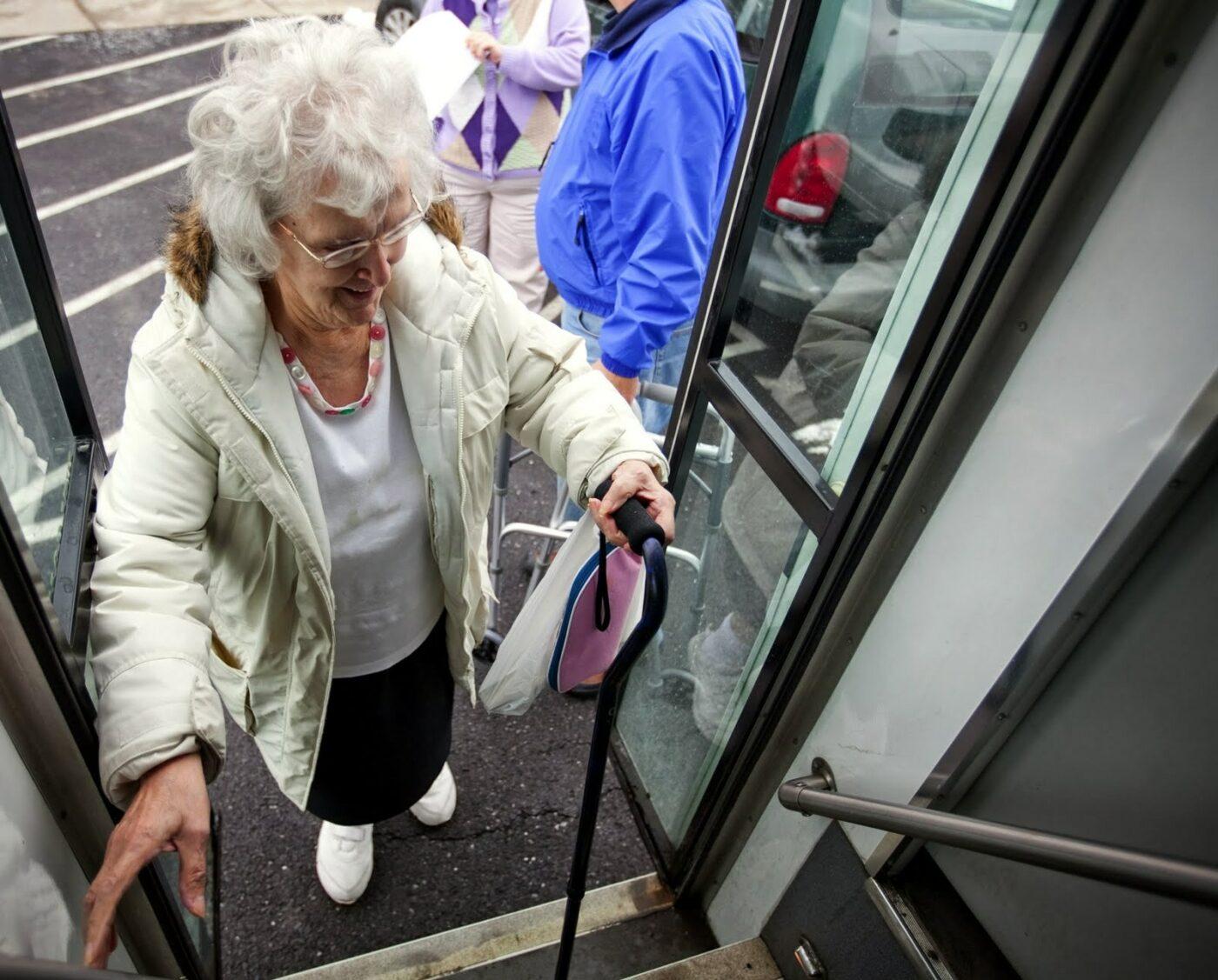 Idosos vão entrar pela porta da frente dos ônibus