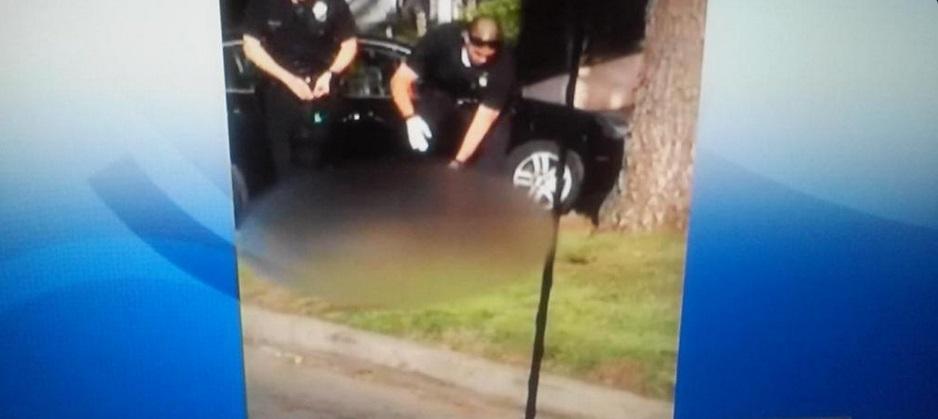 Policiais de Los Angeles atiram na cabeça de homem desarmado e depois o algema