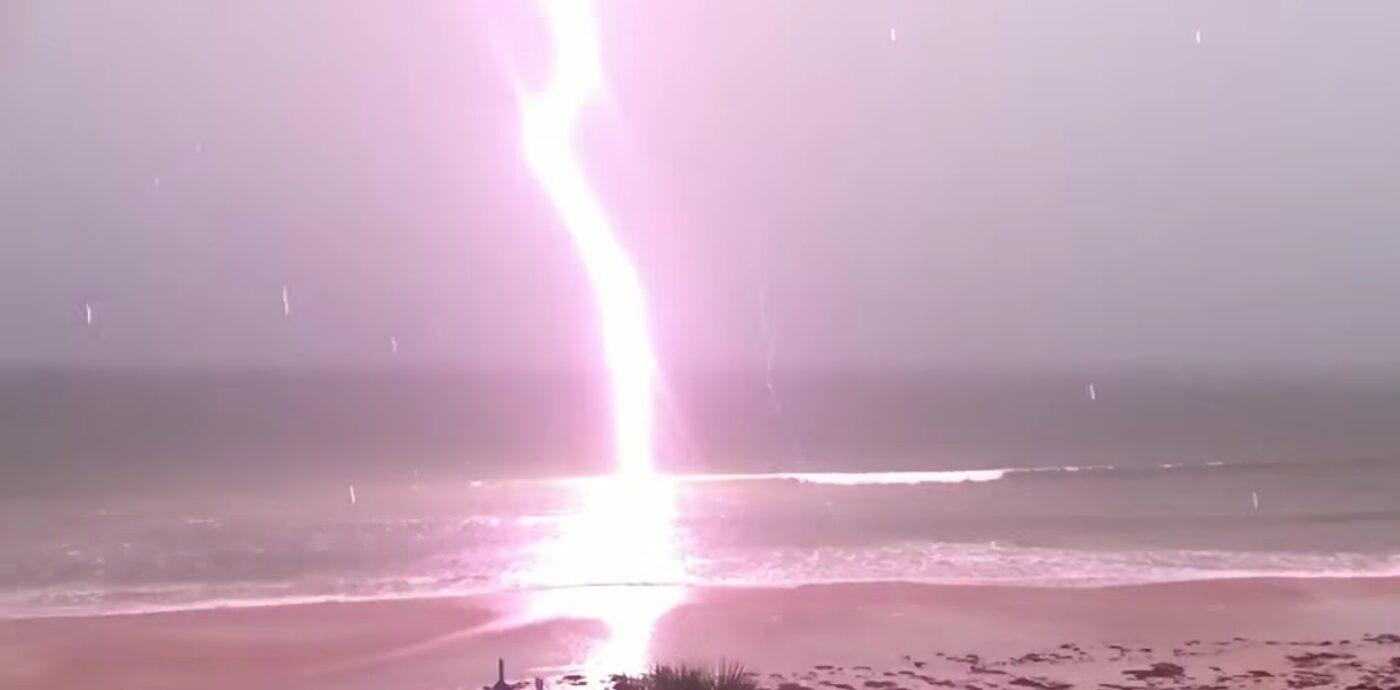 Espetáculo natural: Vídeo mostra queda de raio em câmera lenta