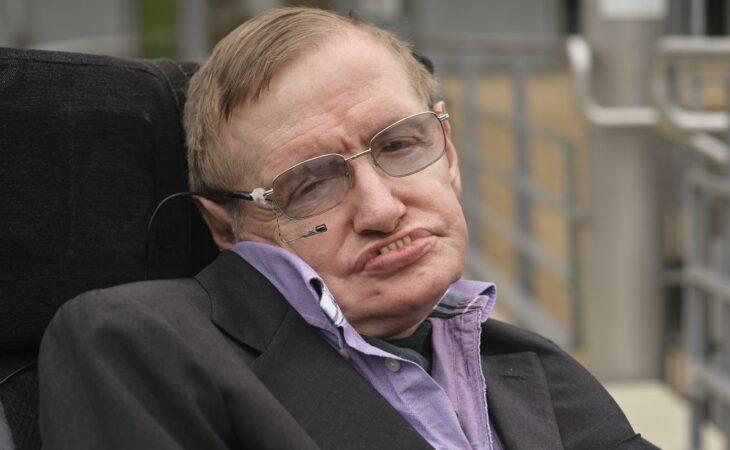 Stephen Hawking considera suicídio assistido caso se torne 'um peso'