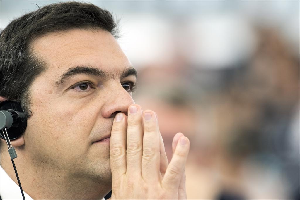 União Europeia aprova resgate e Grécia pensa em novas eleições