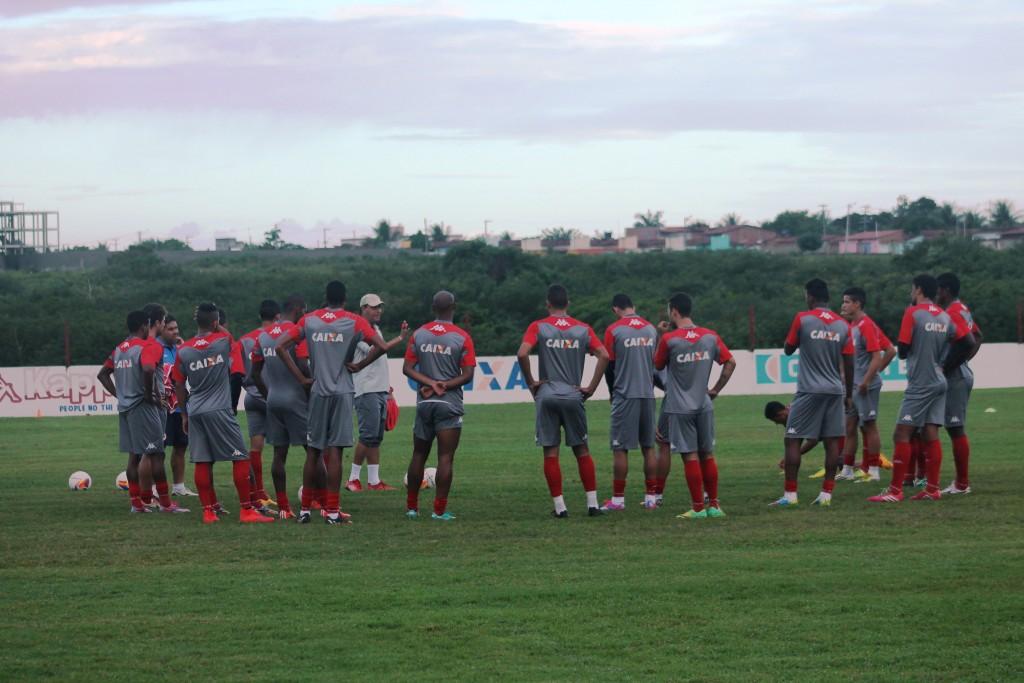 Roberto Fernandes relaciona 20 jogadores para confronto diante do Fortaleza