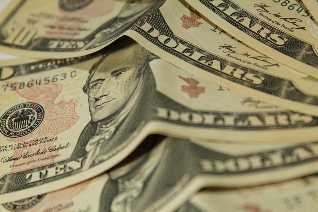 Dólar opera em alta e volta a bater R$ 4 nesta segunda (28)