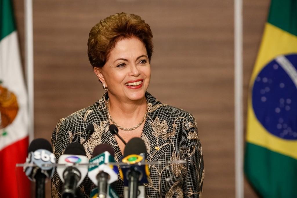 Dilma diz que país vai voltar a crescer e reduzirá inflação