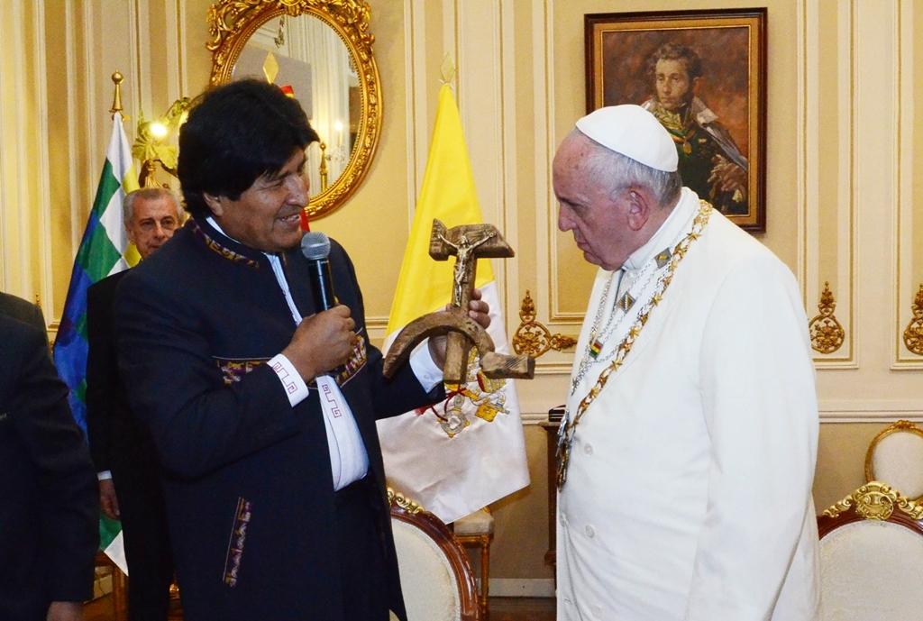 Papa nega que se ofendeu com crucifixo de Morales