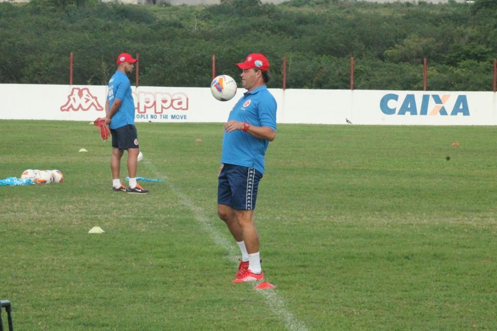 Com reforços, Roberto Fernandes relaciona 23 jogadores para partida diante do Cuiabá