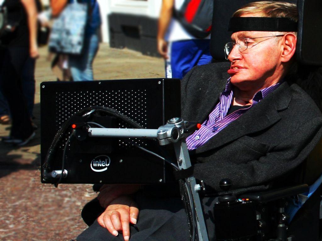Inteligência artificial pode destruir a humanidade facilmente, adverte Stephen Hawking