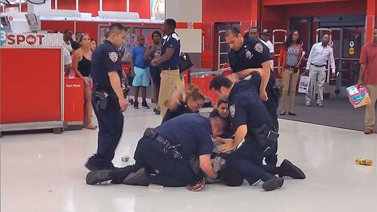 Vídeo polêmico mostra policiais batendo em afro-americano que já estava detido