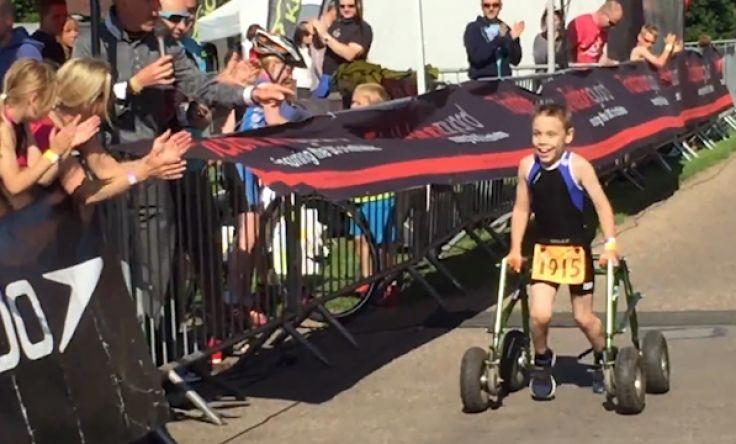 Menino com paralisia cerebral completa prova de triatlo