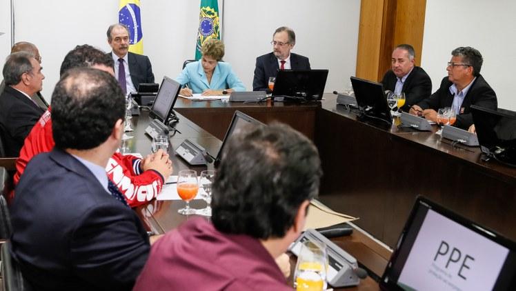 Dilma sanciona MP que autoriza empresas a reduzir salário e jornada de trabalho