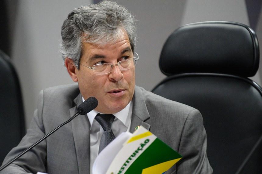 PEC pretende reduzir número de deputados e senadores
