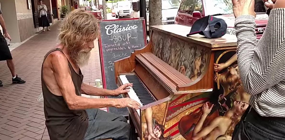 Morador de rua mostra habilidades no piano e faz sucesso na internet, veja o vídeo!