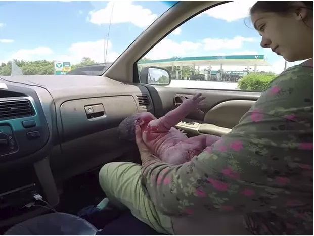 Bebê nasce dentro do carro a caminho da maternidade; veja o vídeo