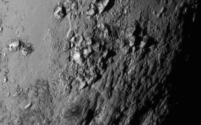 Sonda New Horizons revela existência de montanhas em Plutão