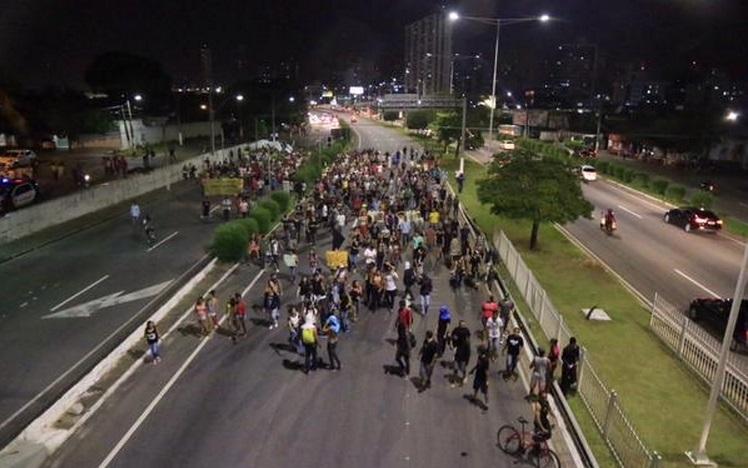 """""""Revolta do Busão"""" realiza passeata contra o aumento da passagem de ônibus em Natal"""