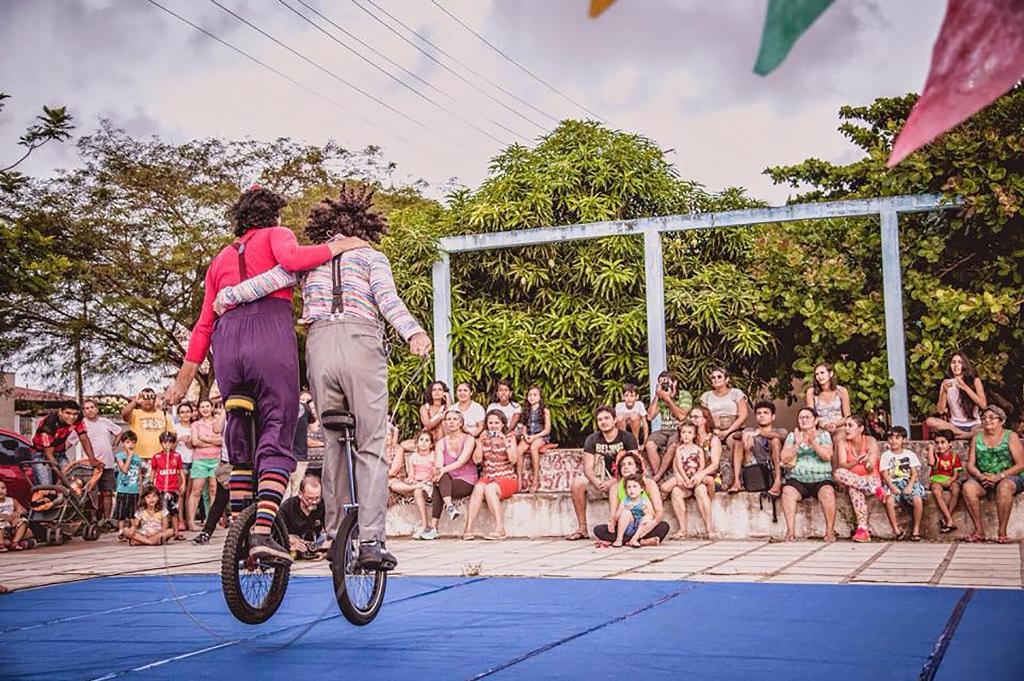 Circo Grock anima o domingo do Parque das Dunas