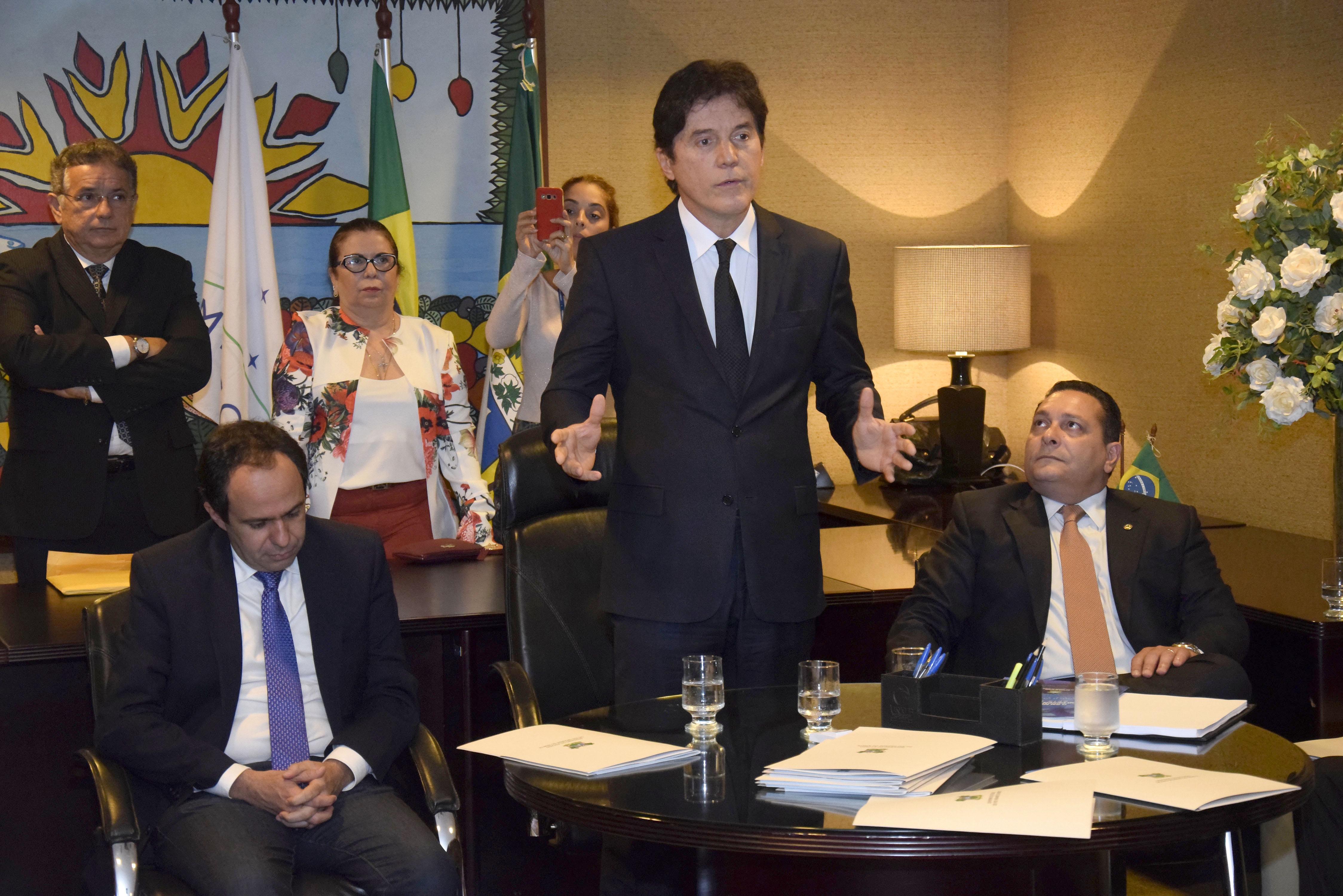 Governador entrega relatório dos seis primeiros meses de gestão