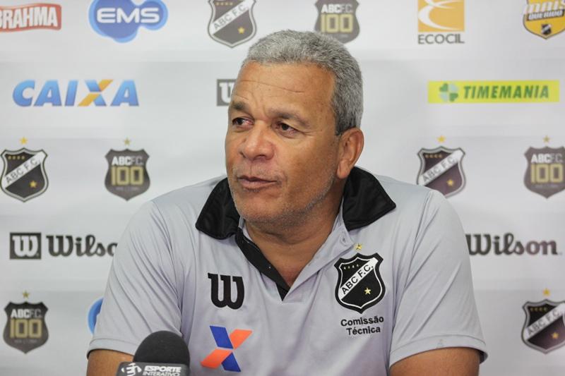 Hélio dos Anjos convoca jogadores para encarar o Bragantino
