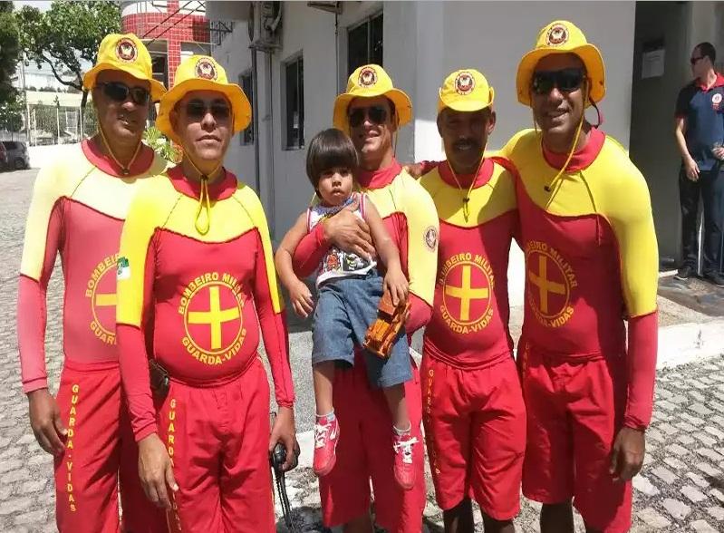Criança salva pelos bombeiros retorna ao quartel para agradecer